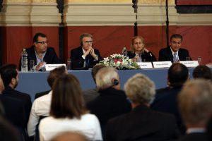 Η πρόεδρος της FIG, Χρυσή Πότσιου (2Δ) και ο εκπρόσωπος της Παγκόσμιας Τράπεζας, Wael Zakout (Δ),  συμμετέχουν στο διεθνές συνέδριο: «Βιώσιμες Αγορές Ακινήτων – Πολιτικό Πλαίσιο και Αναγκαίες Μεταρρυθμίσεις» που διοργάνωσε το Τεχνικό Επιμελητήριο Ελλάδας (ΤΕΕ) σε συνεργασία με τη Διεθνή Ομοσπονδία Τοπογράφων (FIG) και την Παγκόσμια Τράπεζα (WORLD BANK) στην Αθήνα, τη Δευτέρα 19 Σεπτεμβρίου 2016. ΑΠΕ-ΜΠΕ/ΑΠΕ-ΜΠΕ/ΣΥΜΕΛΑ ΠΑΝΤΖΑΡΤΖΗ